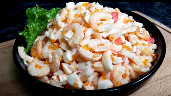 Салат «Нептун» с креветками и кальмарами