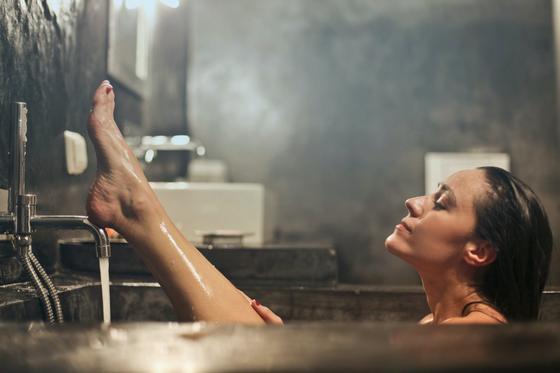 Девушка принимает горячую ванну