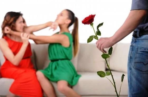"""""""Выдернула ей волосы"""": Разгневанная женщина избила токал своего супруга-намазхана"""