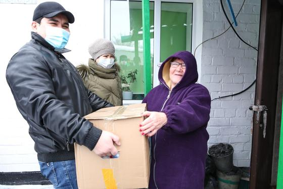 малообеспеченным семьям раздают продуктовые корзины в Нур-Султане