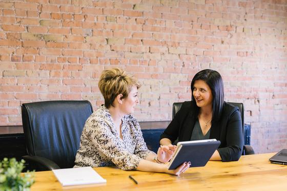 женщины разговаривают в офисе