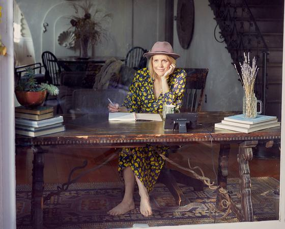 женщина пишет за столом