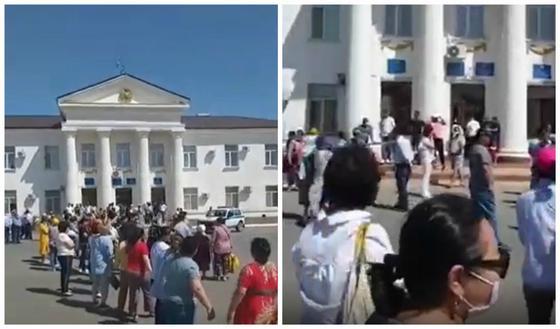 Люди устроили митинг возле акимата в Атырауской области (видео)