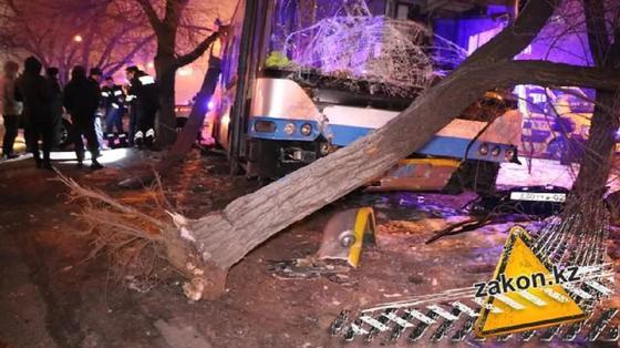 Троллейбус насмерть сбил мужчину в Алматы: водитель потерял сознание перед ДТП