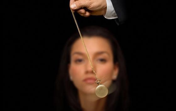 Женщину гипнотизируют с помощью часов на цепочке
