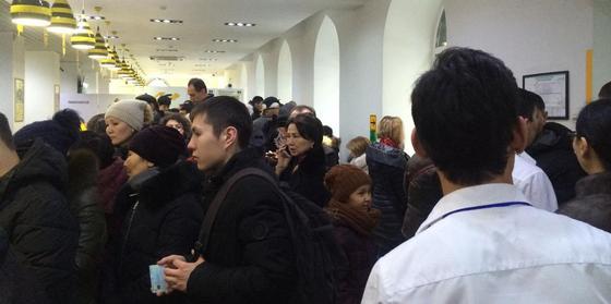 Регистрация телефонов: алматинцы пожаловались на очереди в офисе провайдера