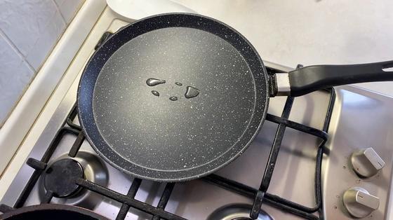 Сковорода с растительным маслом на поверхности