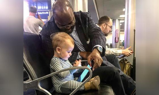 Мужчина порезвился с ребенком в аэропорту и растрогал пользователей Сети (фото)
