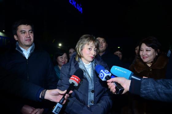 Педагог из Шымкента получила награду «Қазақстанның Еңбек Ері» из рук Назарбаева