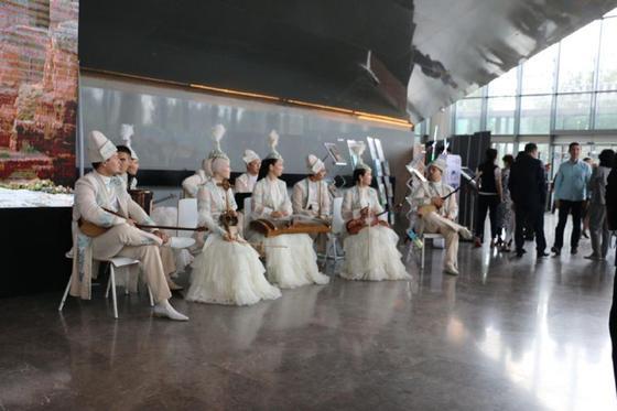 Шанель стилінде: Жаңа мәдениет министрі алғаш рет көп алдына шықты (фото)