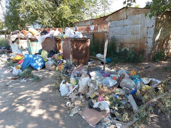Уральск завален мусором из-за массового заражения рабочих коронавирусом