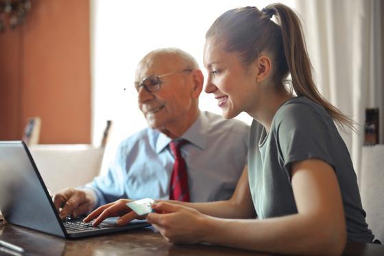 Девушка и мужчина за ноутбуком