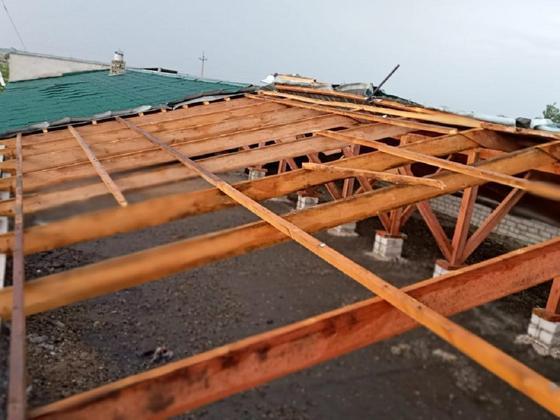 Срывало крыши, повалило деревья: сильный ураган прошел по Павлодару (фото, видео)