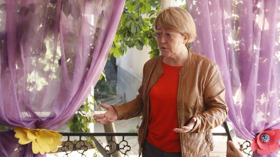 Женщина стоит в беседке