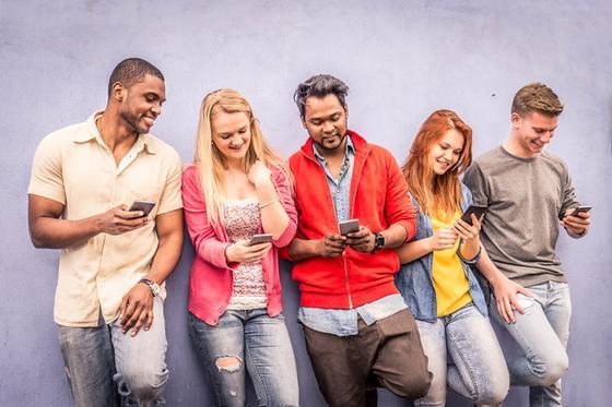 Три парня и две девушки с телефонами