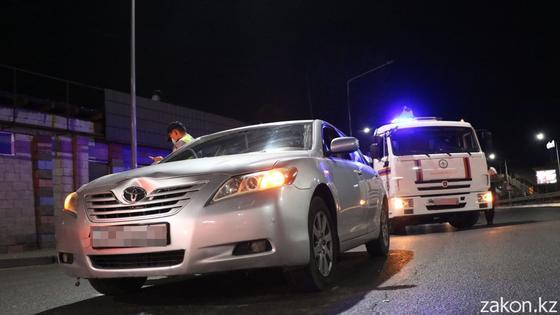 Эвакуатор и авто на месте аварии в Алматы