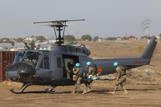 Миротворцы садятся в вертолет