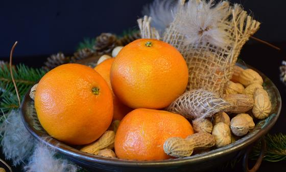 Мандарины и арахис в миске
