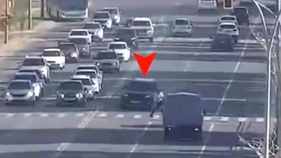Автомобиль едва не сбивает пешехода