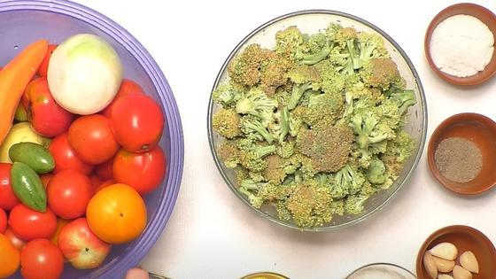 Соцветия брокколи, помидоры, лук, морковь, чеснок, специи, соль в мисках
