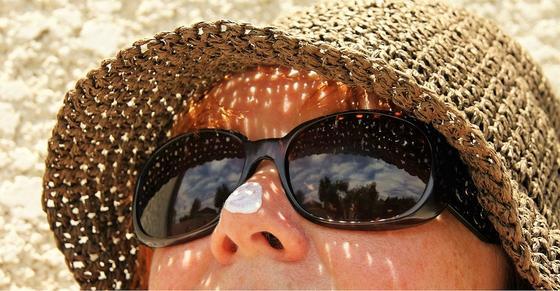 Женщина в очках и шляпе на солнце