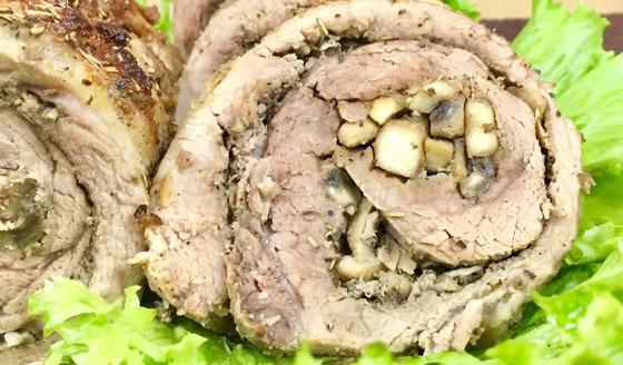Мясной рулет с грибами на листьях салата
