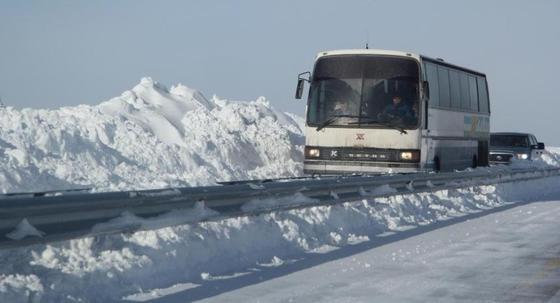 Дети едва не замерзли на трассе в Северо-Казахстанской области