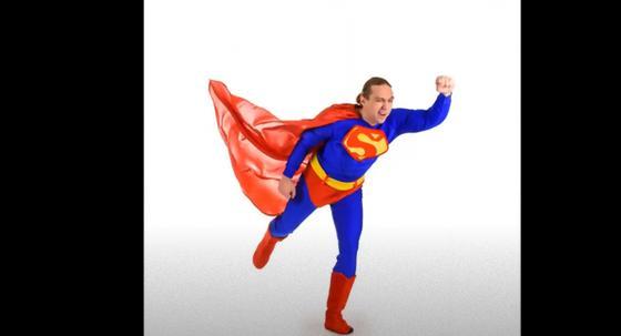 Мужчина в костюме Супермена