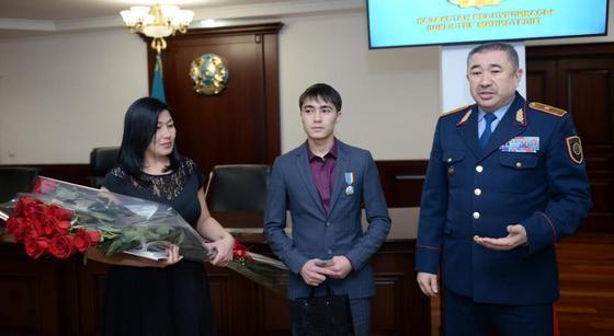 Глава МВД наградил 10-классника из Астаны, который спас 5-летнего ребенка (фото, видео)