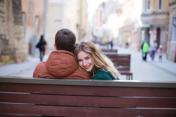 Девушка положила голову на плечо парню