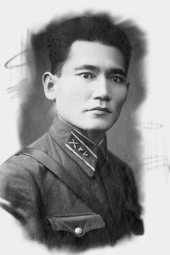 Чем известен Бауыржан Момышулы как военный?