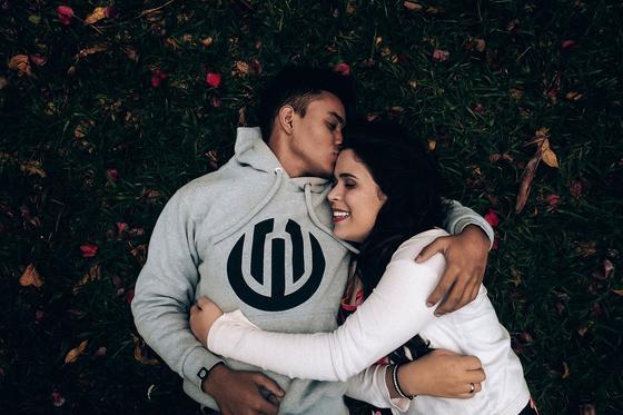 Парень целует девушку в макушку