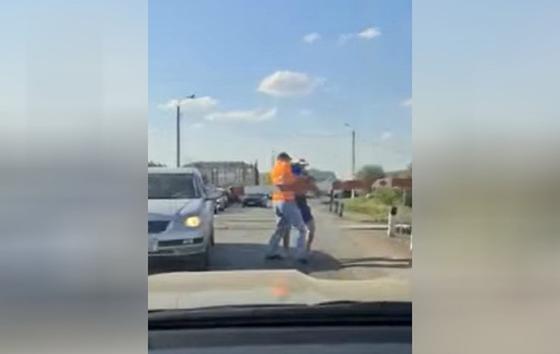 Водителя авто, устроившего потасовку на ж/д переезде, наказали в Уральске