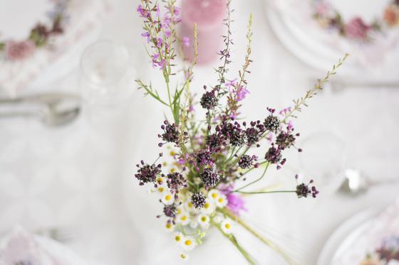 Букет полевых цветов на праздничном столе