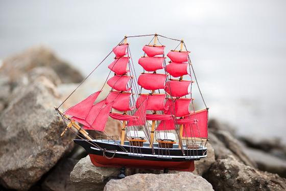 Кораблик с алыми парусами на камнях