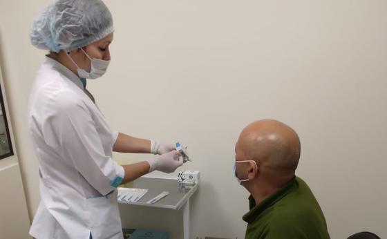 Медсестра ставит прививку