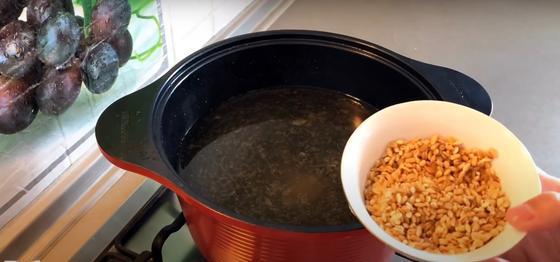 Крупа в миске и кастрюля с водой