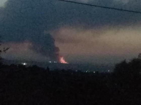 Тушат глиной: пожарные машины не могут подъехать к горящему полигону близ Алматы (фото)