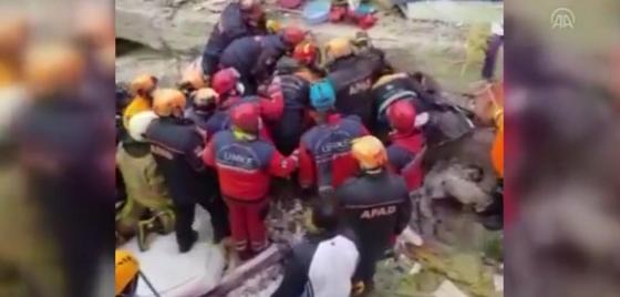 Выжившую девочку нашли спасатели под руинами дома в Стамбуле