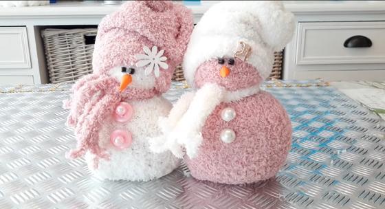 Два самодельных снеговика из носков на столе