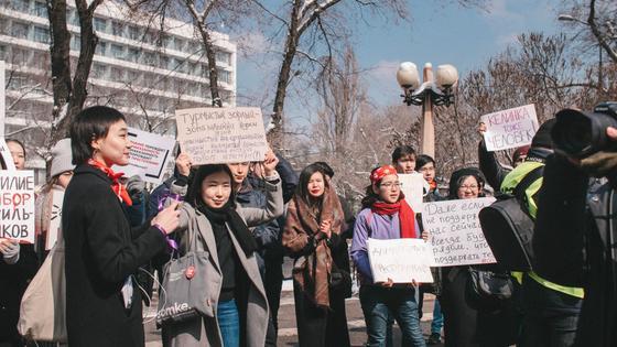 Феминистки прошли на улицы Алматы (фото, видео)
