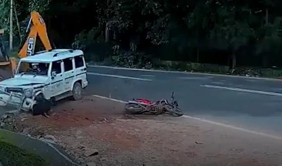 Столкновение внедорожника с бульдозером спасло жизнь байкеру на обочине