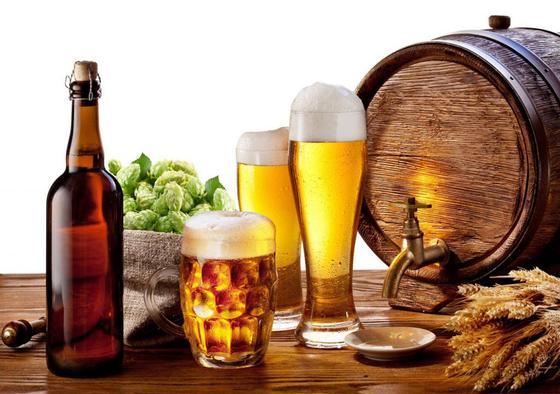 пиво в бокалах и бутылке, бочонок