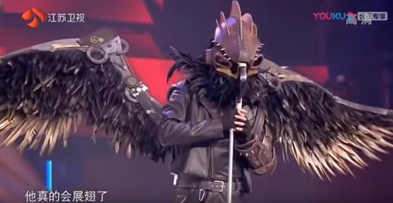 Димаш Кудайберген предстал в маске беркута на китайской передаче (видео)