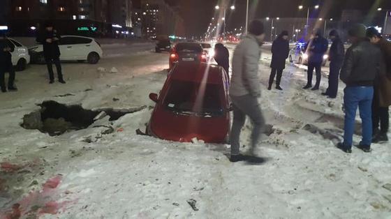 Kia Rio провалилась под землю в Нур-Султане (фото)