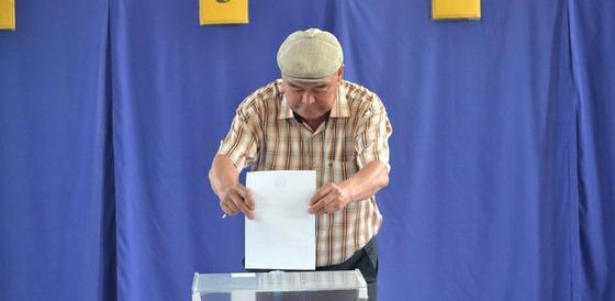 Аким Актау отдал свой голос на выборах президента (фото)