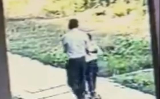 Ер адам бүлдіршін қызды ойын алаңынан алып кетпек болды (видео)