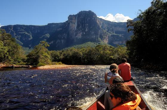 Лодка с туристами идет к водопаду Анхель