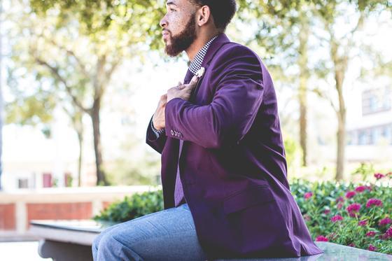 Мужчина в фиолетовом пиджаке