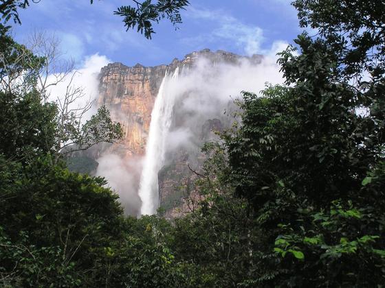 Водопад Анхель среди тропических джунглей
